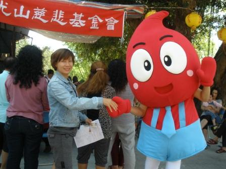 血寶寶和快樂的捐血人握手表示感謝^^