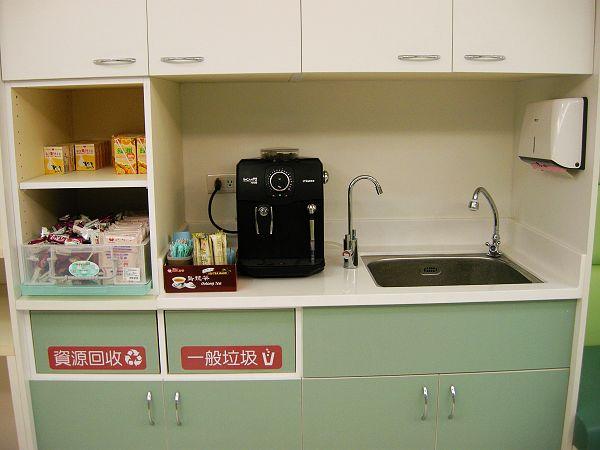 現磨咖啡機及餅乾飲料區